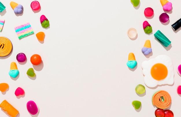コピースペースと異なる色のキャンディーの平面図配置