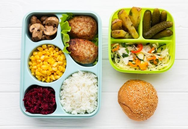 さまざまな食品の上面図の配置