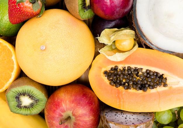 Вид сверху на расположение экзотических фруктов