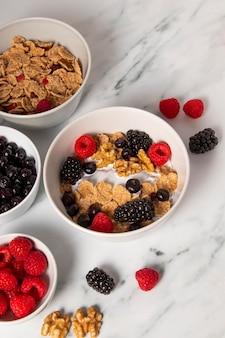 딸기와 건강 한 그릇 시리얼의 상위 뷰 배열