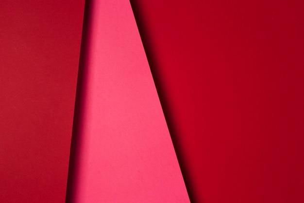 Вид сверху на расположение листов красной бумаги
