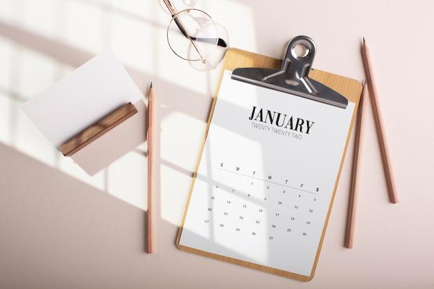Композиция сверху с календарем и карандашами