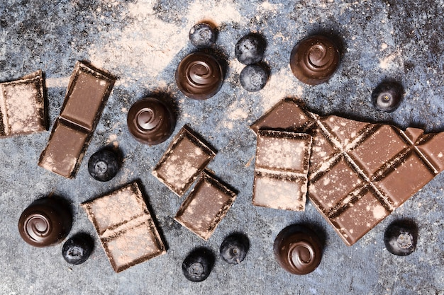 Композиция сверху с шоколадными конфетами и черникой
