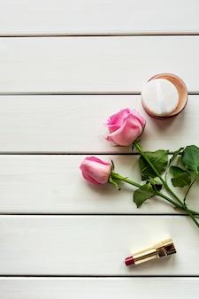 메이크업, 장미와 흰색 나무 바탕에 복사 공간 상위 뷰 배열. 여성의 날, 아름다움과 여성 성 개념.