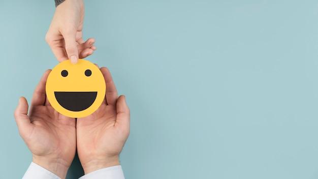 Disposizione vista dall'alto con una carta emoji smiley