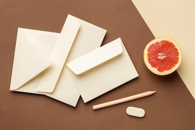 文房具の要素とグレープフルーツの上面図の配置