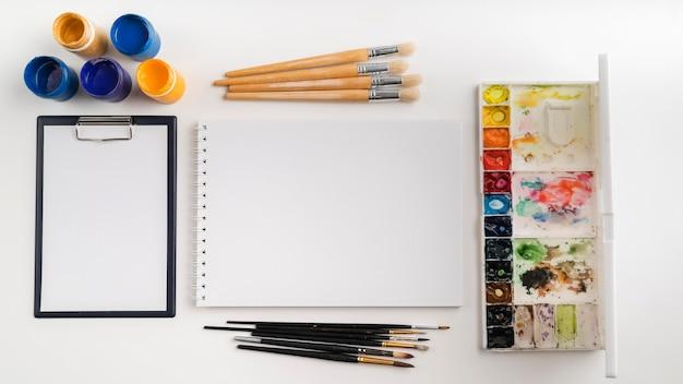 Vista dall'alto del concetto di scrivania dell'artista con lo spazio della copia