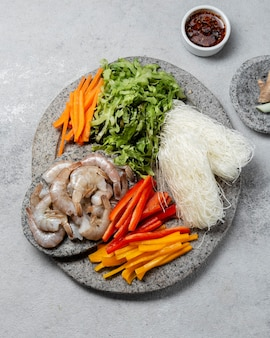 Vista dall'alto cibo asiatico sulla piastra