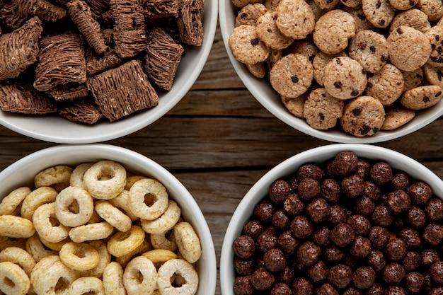 Vista dall'alto dell'assortimento di cereali per la colazione in ciotole