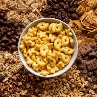 Vista dall'alto dell'assortimento di cereali per la colazione con ciotola