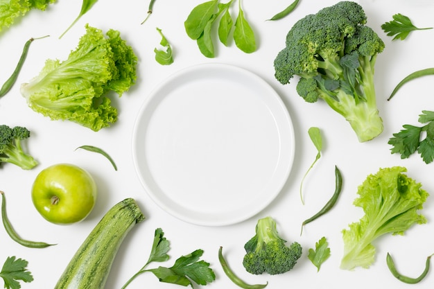 Vista dall'alto assortimento di broccoli e zucchine