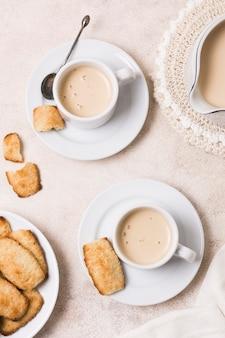 Vista dall'alto assortimento di caffè e latte con spuntino mattutino
