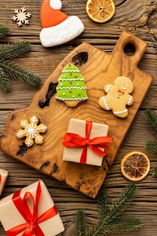 Vista dall'alto assortimento di deliziosi pan di zenzero e regali