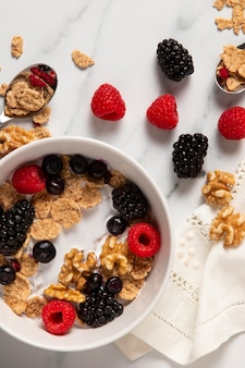 Assortimento di vista dall'alto di cereali sani ciotola con frutti di bosco