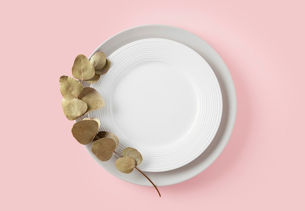 테이블에 아름다운 식기의 상위 뷰 구색