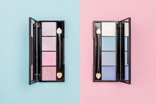 Вид сверху ассортимент косметики на двухцветном фоне