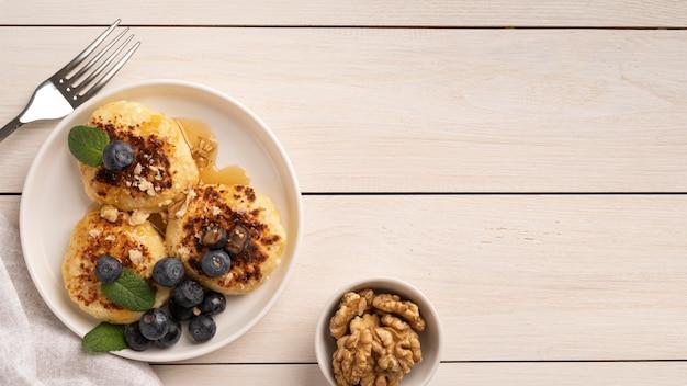 Вид сверху ассортимент вкусностей на завтрак