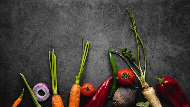 Ассортимент моркови и других овощей, вид сверху