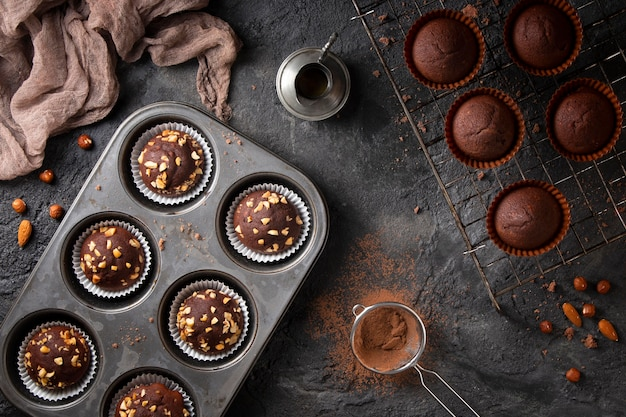 チョコレートカップケーキのトップビューの品揃え