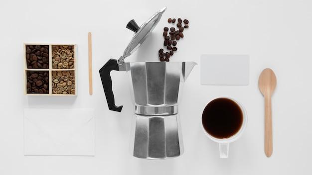 Вид сверху на ассортимент элементов брендинга кофе