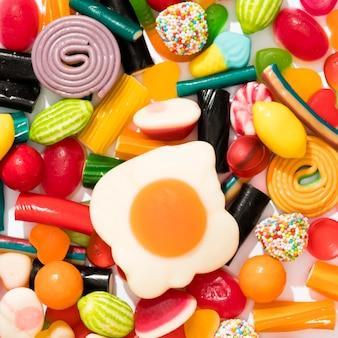 カラフルなキャンディーのトップビューの品揃え