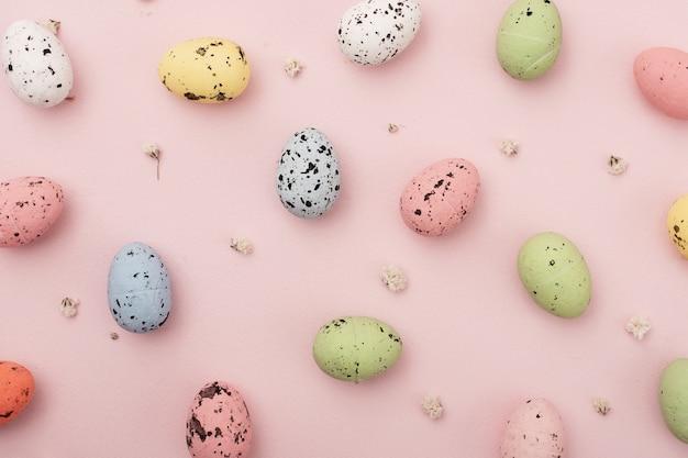 Вид сверху ассортимент разноцветных яиц