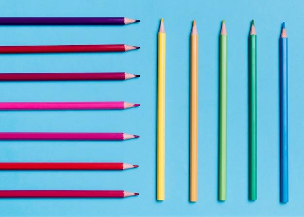 カラフルな鉛筆のトップビューの品揃え