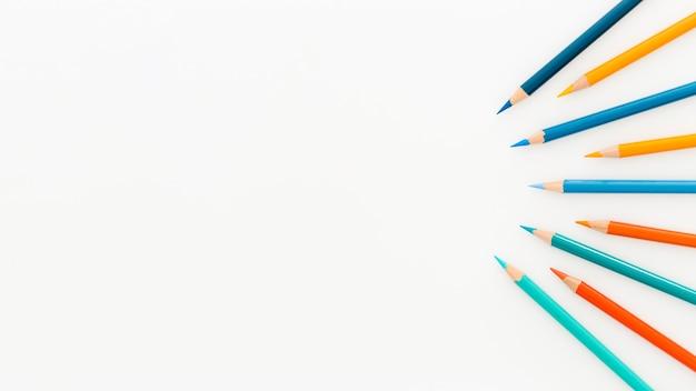 Вид сверху ассортимент цветных карандашей с копией пространства