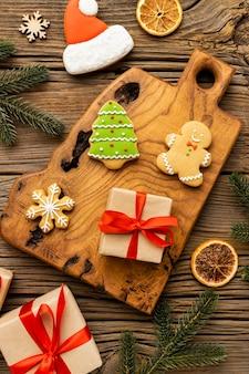 Вид сверху ассортимент вкусных имбирных пряников и подарков