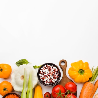 Ассортимент различных овощей вид сверху с копией пространства