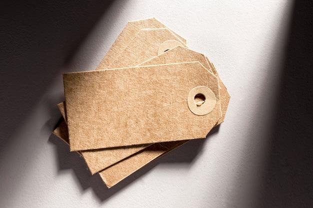 Вид сверху ассортимент пустых картонных этикеток