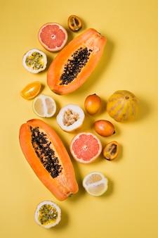 Вид сверху ассортимент экзотических фруктов на столе