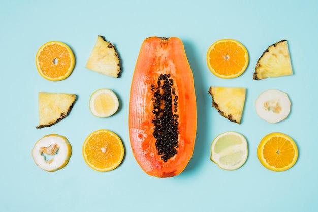 テーブルの上のエキゾチックなフルーツのトップビューの品揃え