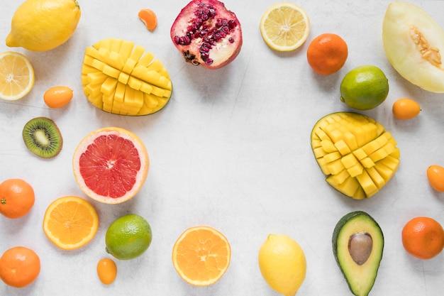 Вид сверху ассортимент экзотических фруктов