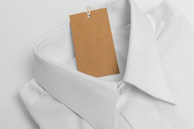 접힌 셔츠와 빈 태그의 상위 뷰 구색
