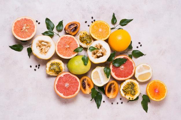 Вид сверху ассортимент свежих и экзотических фруктов
