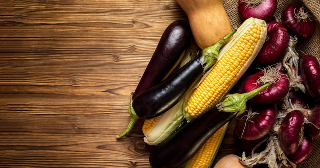 Вид сверху ассортимент свежих осенних овощей с копией пространства