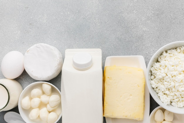 Вид сверху ассортимент свежего сыра и мик
