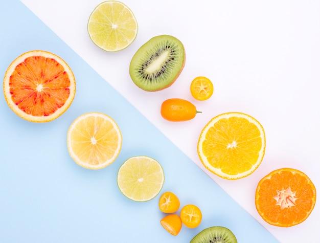 テーブルの上の新鮮な果物のトップビューの品揃え