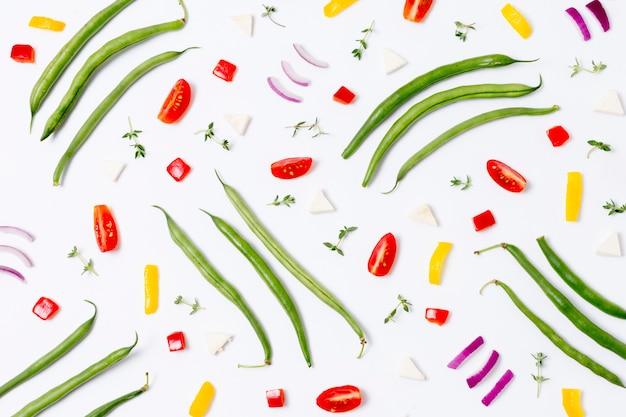 Вид сверху ассортимент зеленой фасоли и овощей