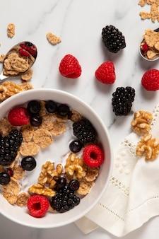 Вид сверху на ассортимент здоровых мисок с ягодами