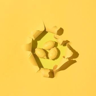 Вид сверху ассортимент лимонных конфет