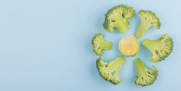 Вид сверху ассортимент органической брокколи на столе