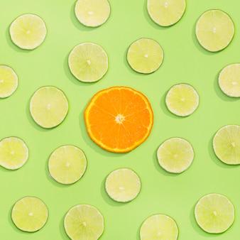 Вид сверху ассортимент органического лайма и долька апельсина