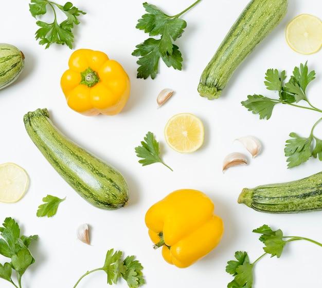 Вид сверху ассортимент органических овощей на столе