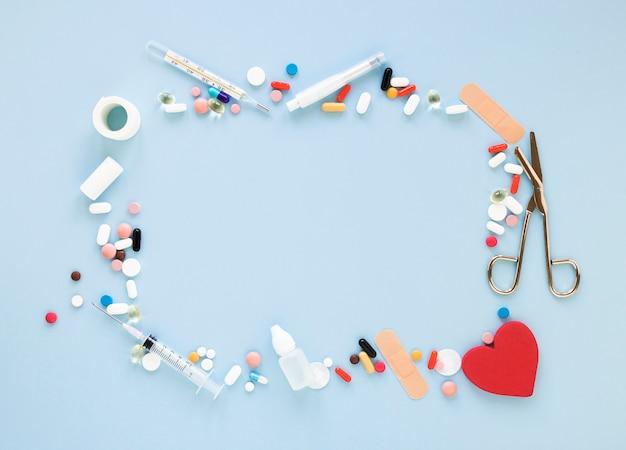 Вид сверху на ассортимент обезболивающих и лекарств