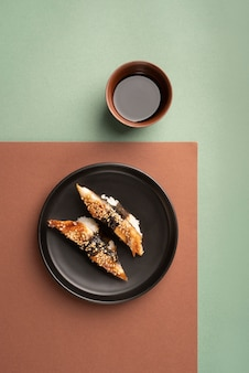 Вид сверху на ассортимент суши