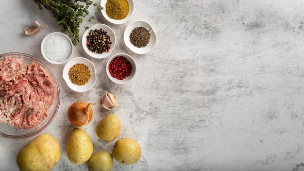 Вид сверху ассортимент вкусной еды и ингредиентов