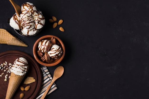 Вид сверху ассортимент вкусного домашнего мороженого
