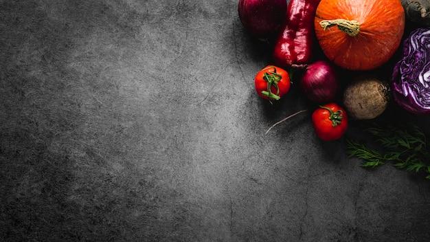 Ассортимент помидоров и овощей, вид сверху, копирует пространство